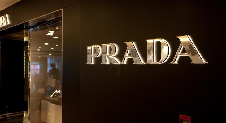 fa7e440358 A Fratelli Prada nevű bőráru üzletet Mario Prada alapította 1913-ban  Milánóban.